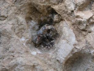 墳墓壁上的鐵桿