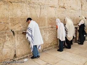 批著禱告披肩在禱告