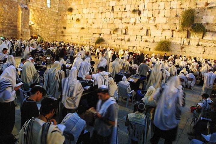 猶太人聚集準備參加即將由拉比主持的贖罪日聚會